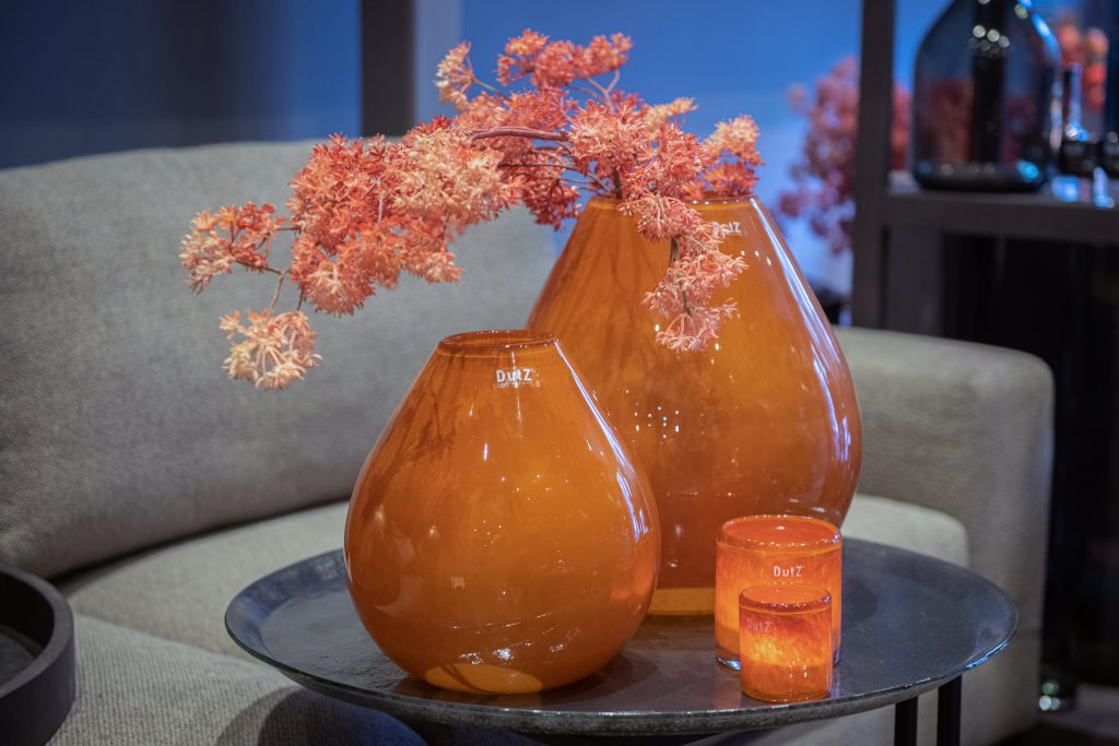 Druba vasen in 2 grössen und kerzenhalter in 2 grossen in Rost brown auf ein glass platte