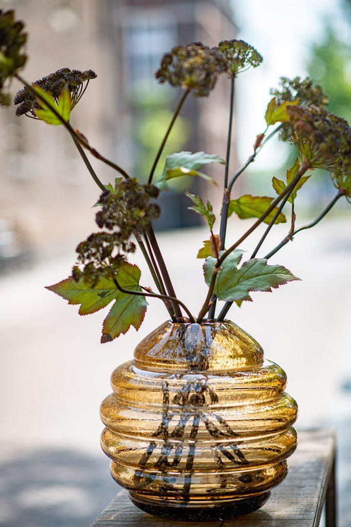 Honey barrel amber vase mit blumen