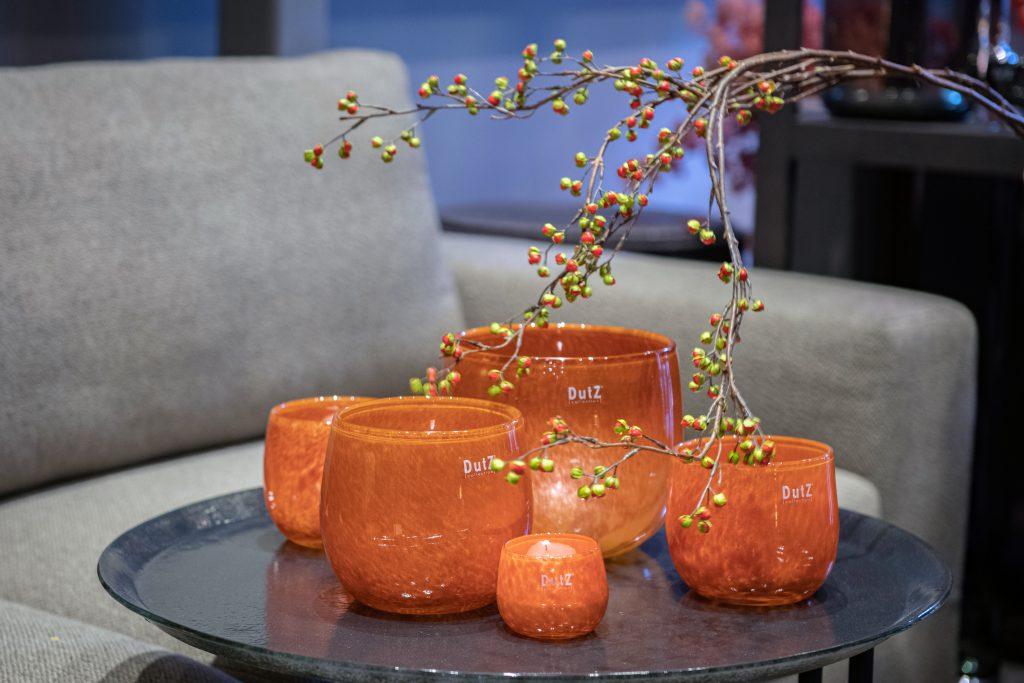 Pots rost brown in 5 verschieden grossen, sthen auf ein glass platte
